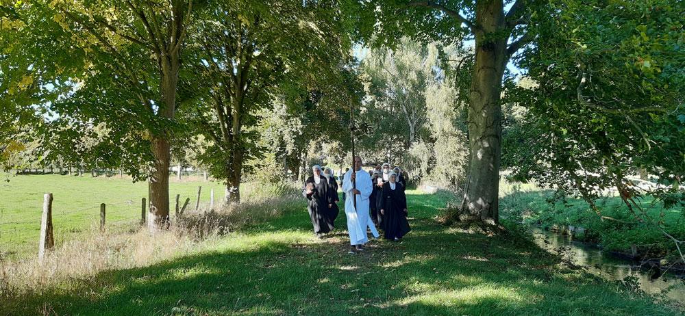 Obsèques-Sr-Jean-Michel-procession-au-cimetière
